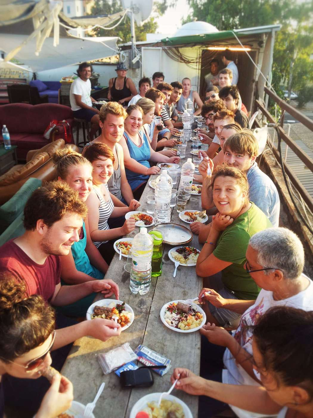 overstay tel aviv hostel big dinner on the rooftop